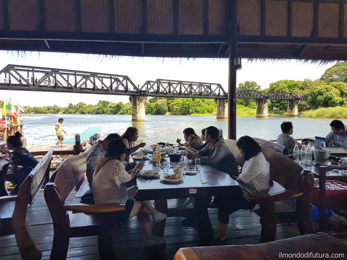Kanchanaburi, Thailandia: il ristorante galleggiante e il ponte ferroviario sul fiume Kwai