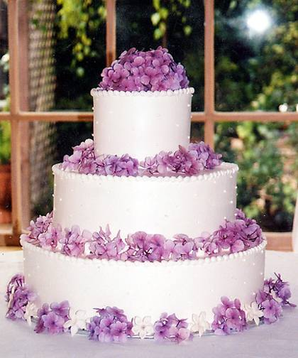 wedding-cake-with-purple-hydrangea-blooms