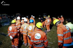 Volontari della Colonna Mobile di ANPAS Nazionale al lavoro per allestire uno dei primi campi per sfollati ad Amatrice la notte del 27 Agosto 2016.