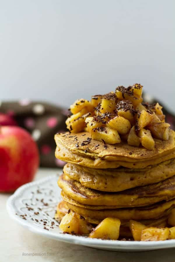 Fluffy buttermilk pumpkin pancakes topped with caramelized apples sweeten with brown sugar by ilonaspassion.com I @ilonaspassion
