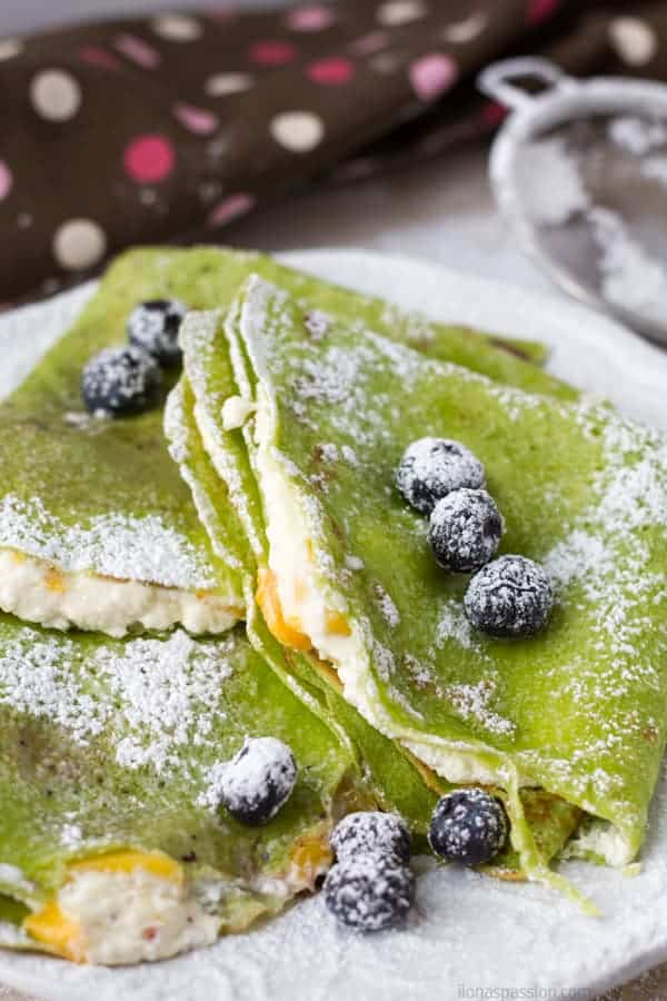 Sweet crepes filled with cottage cheese or farmer's cheese and topped with mango by ilonaspassion.com I @ilonaspassion
