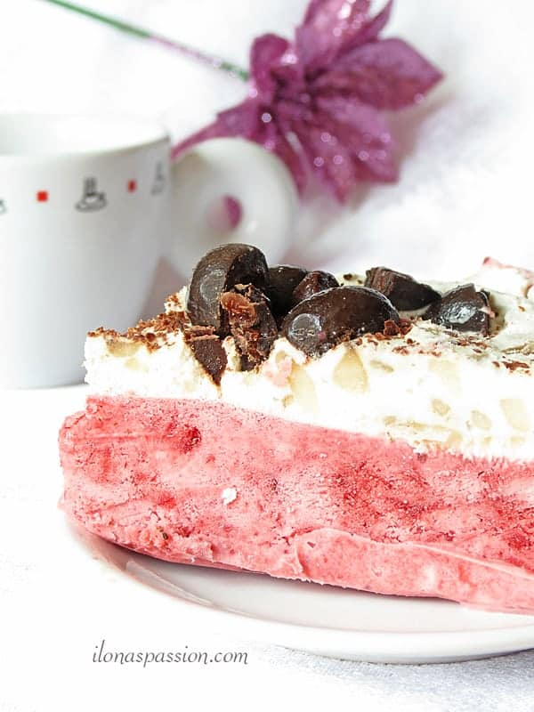 Strawberry banana ice cream cake perfect for a party! Easy to make and delicious! by ilonaspassion.com #icecream #cake #strawberry #banana