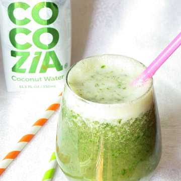 Healthy kale smoothie with banana and a hint of coconut by ilonaspassion.com #kale #smoothie #cocozia #banana