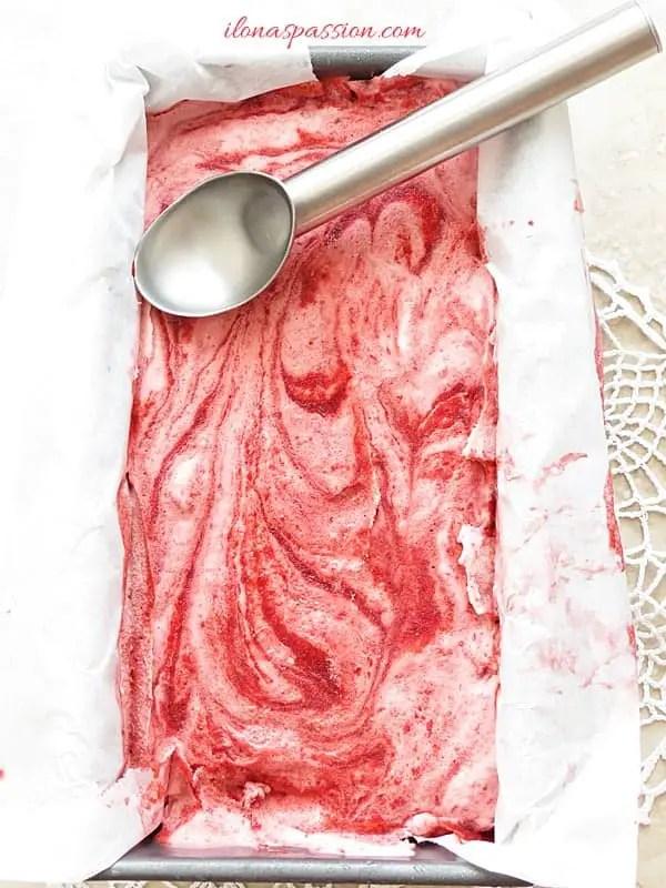 No Churn Strawberry Ice cream Recipe by ilonaspassion.com #icecream #nochurn #strawberry