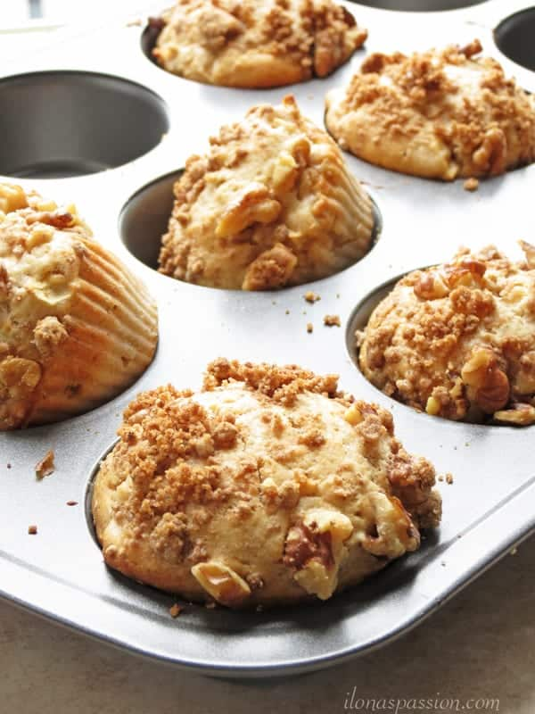 The BEST Apple Crumble Muffins by ilonaspassion #applemuffins #muffins #crumble