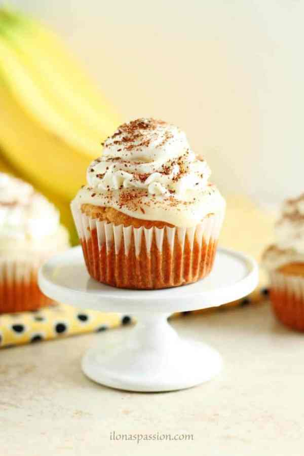 Banana Cream Pie Cupcakes from Scratch - Fluffy and moist banana cream pie cupcakes made from scratch with delicious vanilla pudding and whipped cream frosting. Perfect recipe for a party! by ilonaspassion.com I @ilonaspassion