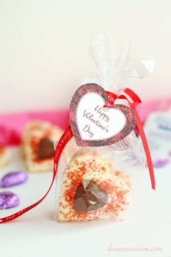 White & Milk Chocolate Butter Cookies - heart-shaped soft sugar butter cookies topped with white chocolate and decorated with milk chocolate hearts. The best gift idea for Valentine's Day by ilonaspassion.com I @ilonaspassion #ad #collectivebias