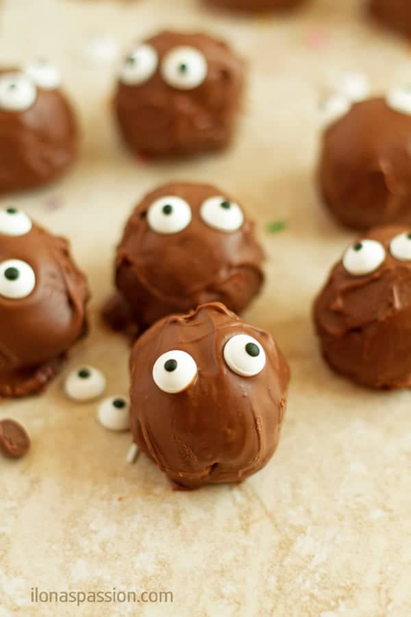 Halloween Chocolate Pumpkin Truffles - Great for Halloween pumpkin truffles recipe made with orange zest and pumpkin spices and covered in chocolate. Little monsters great for parties! by ilonaspassion.com I @ilonaspassion