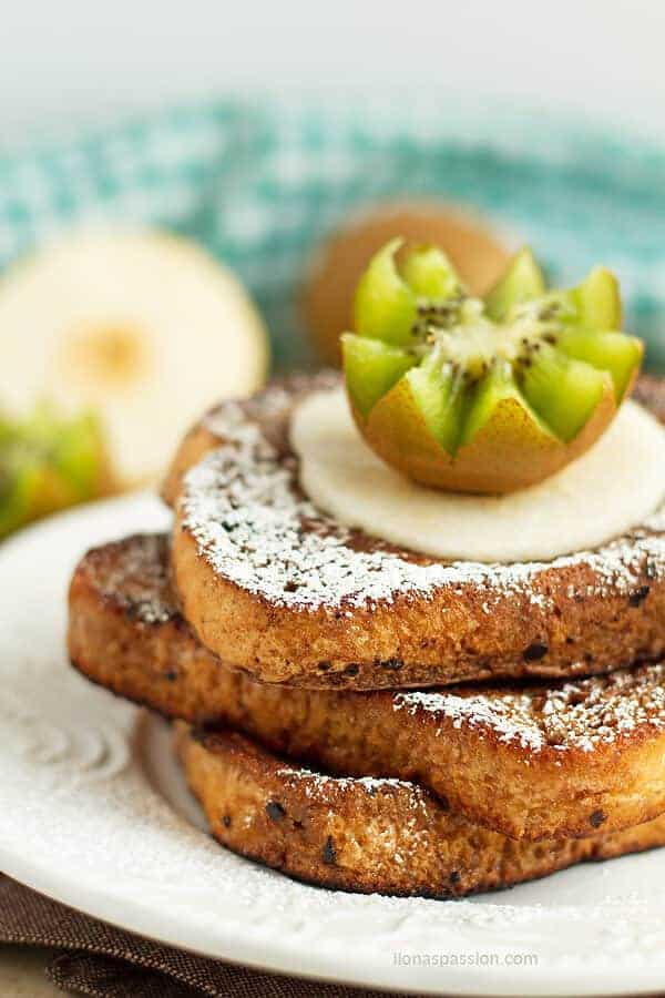 10 minute chocolate french toast sprinkled with powdered sugar and maple syrup by ilonaspassion.com I @ilonaspassion
