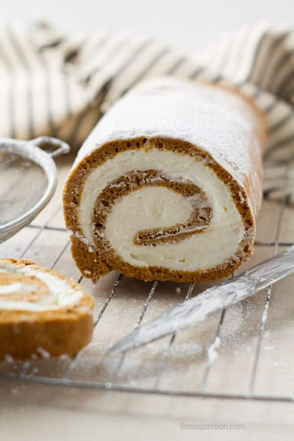 Swiss roll recipe filled without cream cheese by ilonaspassion.com I @ilonaspassion