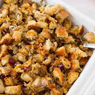 Easy to make cranberry stuffing made with fresh bread and sauteed onions by ilonaspassion.com I @ilonaspassion