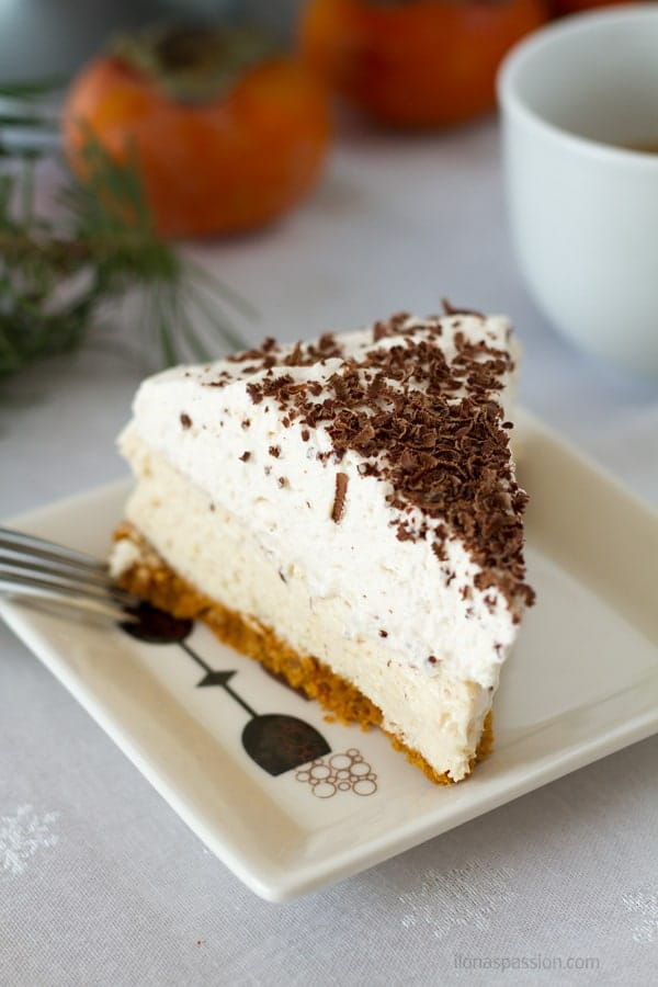 Baked cheesecake perfect for Christmas with eggnog flavor and a little bit of cinnamon. Topped with grated chocolate by ilonaspassion.com I @ilonaspassion