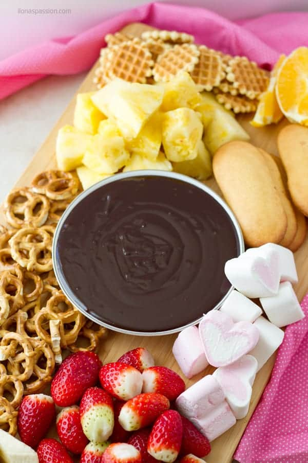 Recipe on how to make chocolate dip for fondue with dippers like pretzels, strawberries and cookie waffles ilonaspassion.com I @ilonaspassion