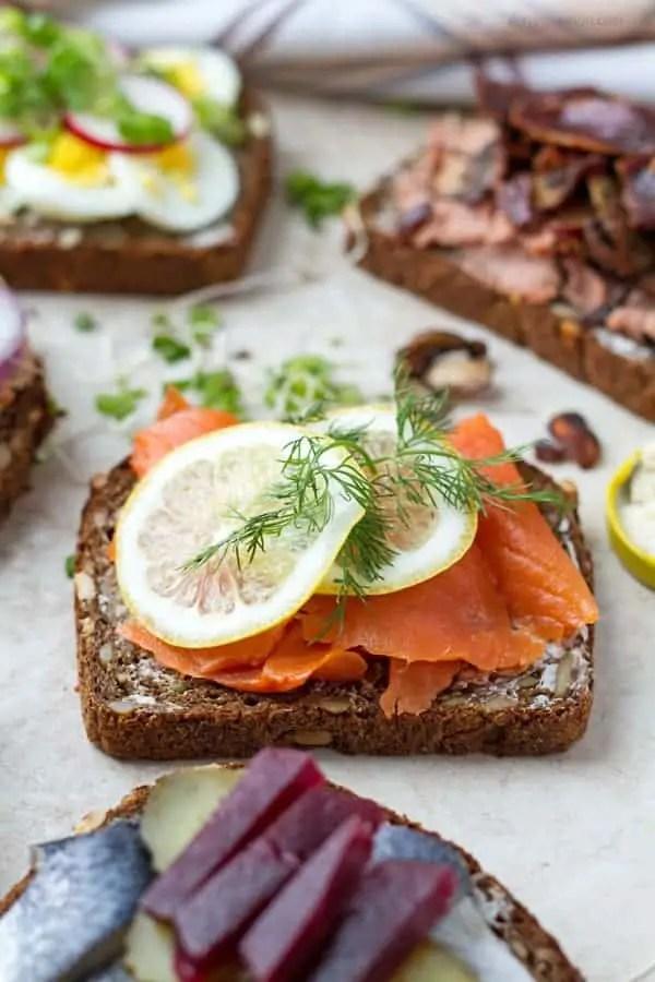 Rye bread with smoked salmon, lemon slices and fresh dill by ilonaspassion.com I @ilonaspassion
