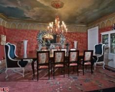 O teto da sala de jantar também mostra a paixão de Christina pelas artes e pinturas