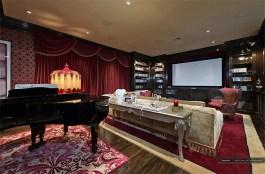 A sala de home theater divide espaço com um piano de cauda