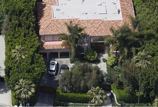 Os portões principais da casa protegem um pátio frontal e garagens
