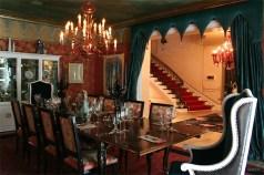 A sala de jantar é um dos primeiros cômodos da casa