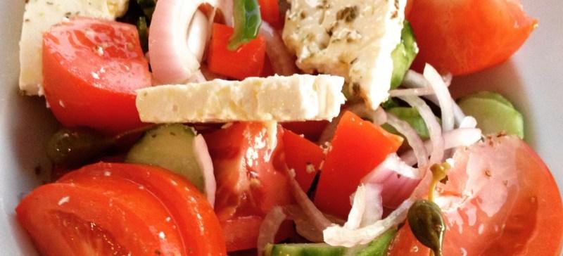 Recept Griekse salade met feta, paprika, kappertjes, rode ui en tomaten.