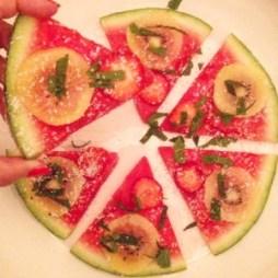 Detox recept voor een detox zomersnack met meloen! De watermeloen pizza is zo verfrissend als middag snack, bij de barbecue, als toetjes, nagerecht of tijdens een kinderfeestje. Makkelijk te maken en prima in een detox kuur of gezonde leefwijze. Beleg bijvoorbeeld de watermeloen pizza met zomerfruit, munt, feta of munt!
