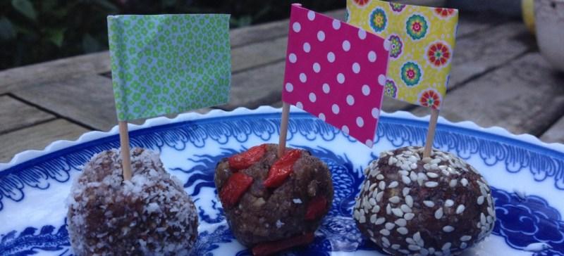 Blissballs - gezonde dadelsnacks van dadels, goji bessen, kokos, noten en chocolade. Echte detox snacks! Ook leuk voor gezonde kindertraktatie