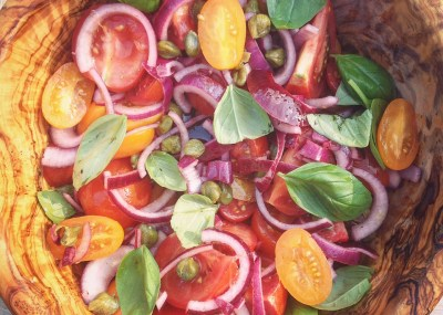 tomatensalade met kappertjes en rode ui i love detox detoxrecept