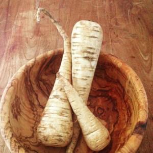 Detox recept voor pastinaaksoep met pastinaak wortel kokosmelk kurkuma en appel. Voedend, gezond en binnen een half uur op tafel als detox lunch of avondmaaltijd in je detox kuur!