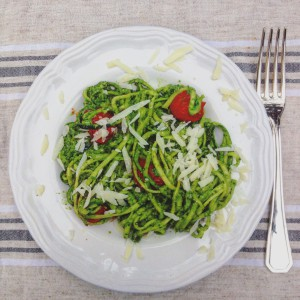 I Love Detox: smullen met veggetti of spirelli: Courgetti met avocado spinazie en basilicum saus - love your greens!