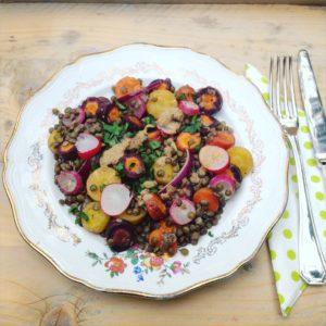 Gerecht met seizoensgroenten van juni? Warme Lentesalade met linzen radijs en gegrilde groenten. Voedzaam, en lichte detox salade! voor in een detox kuur