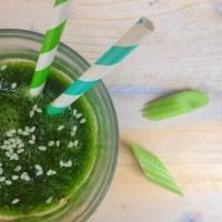 Voedzame groene ontbijt smoothie met koriander cayennepeper en kurkumapoeder. Aanrader voor in een detox kuur