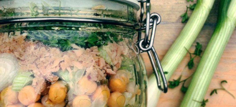 Recept voor detox salade: meeneem salade met tonijn venkel en kikkererwten. Gezonde lunch of hoofdmaaltijd tijdens dieet of detox kuur.