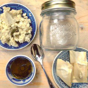 Natuurlijk voedende moisturizer DIY Recept! Zonder parabenen, chemische of schadelijke stoffen een optimale huidverzorging met sheabutter, avocado olie en cacao boter. Maak het zelf in je eigen keuken!