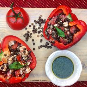 Gevulde paprika met linzen feta en basilicumolie. Een van de heerlijk vegetarisch linzenrecepten!