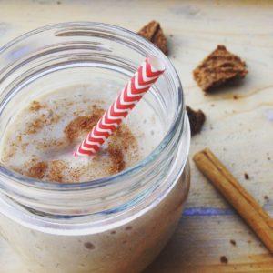 Verwarmende speculaas chai smoothie met amandelmelk. Lekker snoepen tijdens Sinterklaas tijdens je detox kuur? Deze smoothie is genieten!