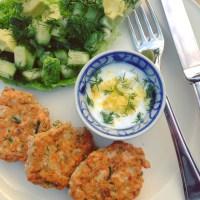 Detox hoofdmaaltijd met vis Zalmkoekjes met dille en groene detox salade. Rijk aan omega 3, vitaminen b en d. Voedzaam, snel en erg lekker!