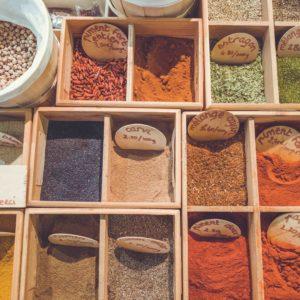 Kruiden en specerijen zijn een gezonde toevoeging in je detox kuur thuis. Bijvoorbeeld in Indiase Dahl met rode linzen.