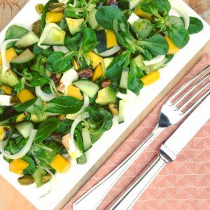 Makkelijke zoete salade met feta mango avocado pistache en uit. Voedzaam en snel klaar. Passend in detox kuur met detoxcoach Nico van Rossum of dieet.