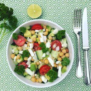 Makkelijk detox recept voor in je detox kuur: Salade met kikkererwten tomaten feta avocado en peterselie. Gezond, vezelrijk en voedend als avondmaaltijd.