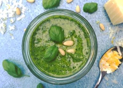 Zelfgemaakte klassieke groene pesto Genovese met Pecorino - recept voor in je detox kuur. Lekker in pasta pesto, courgetti of op een rijstwafel tijdens ontbijt of detoxlunch.