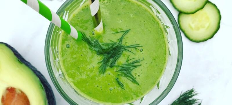 Simpel smoothie recept? Probeer deze groene detox smoothie met avocado dille komkommer rode appel en spinazie eens!