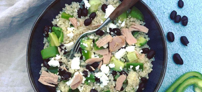 Warm detox gerecht met quinoa, groene paprika, tonijn, feta en avocado. Lekker makkelijk en snel klaar!