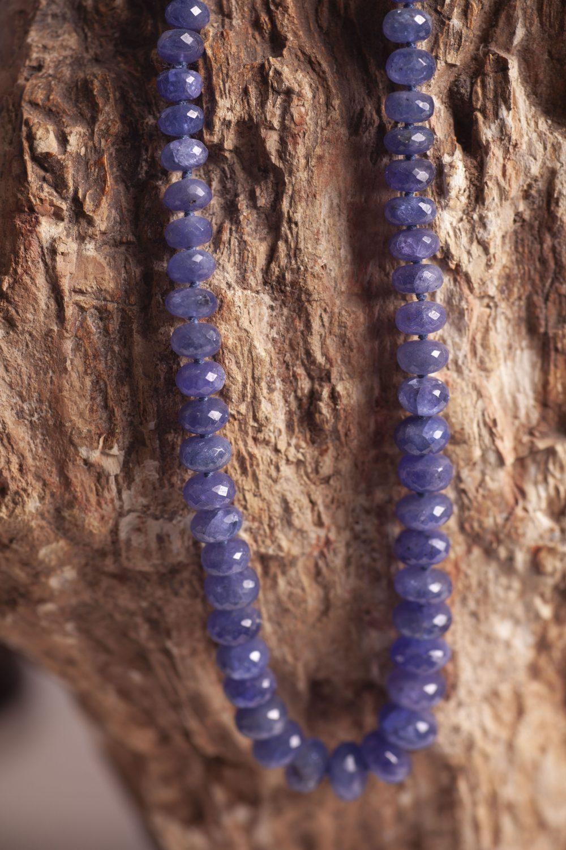 Istone, collana di tanzanite su legno fossile