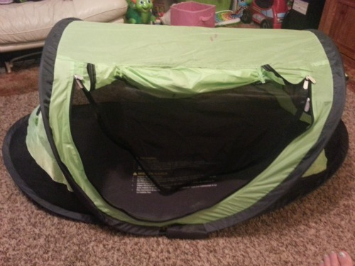 To start out the PeaPod comes with a light weight sleeping pad that snaps on and off the bottom of the travel bed for easy cleaning. & Kidco Peapod Travel bed is easy to store