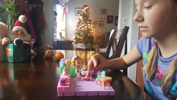 girl-playing-wih-shopkins