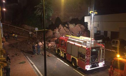 Un derrumbe en Santa Úrsula sepulta varios coches