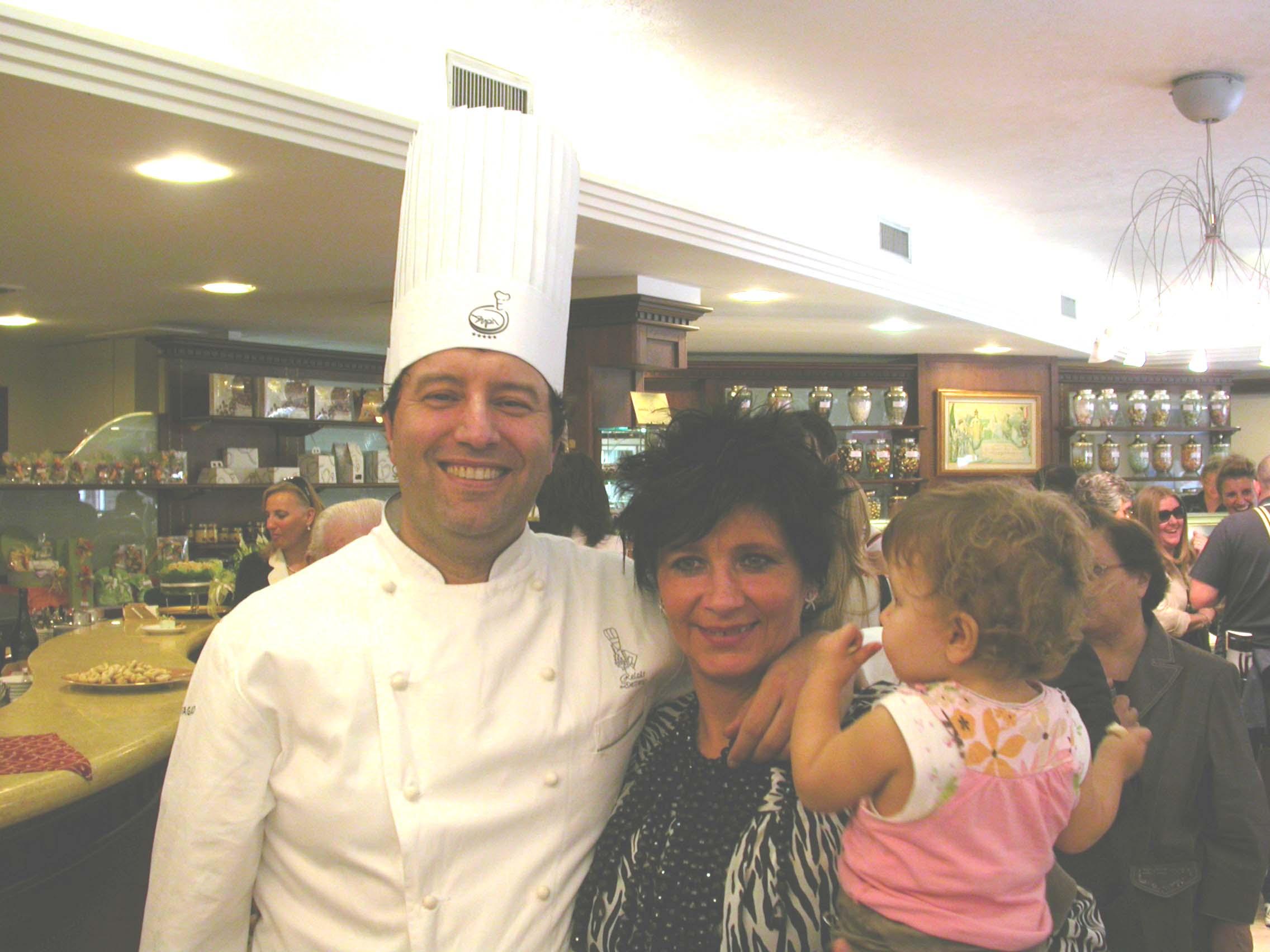 Giovanni Pina con la moglie e l'ultima nata