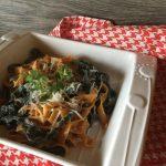 Fettuccine paprika e carbone, all'olio, grana e origano fresco