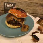 Hamburger di bufala con funghi spadellati e maionese all'aglio nero di Voghiera