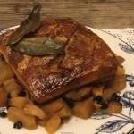 Pancia di maiale al forno in salsa di mele e bacche di mirto