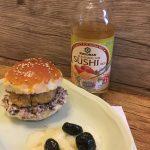 Hamburger di tacchino con ricotta di bufala alle olive nere e cetrioli marinati in aceto di riso